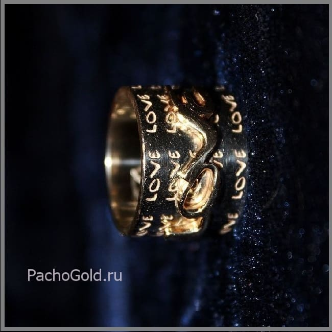 Широкое золотое кольцо с гравировкой Love