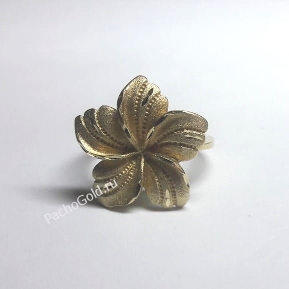 Кольцо в виде цветка из матового золота