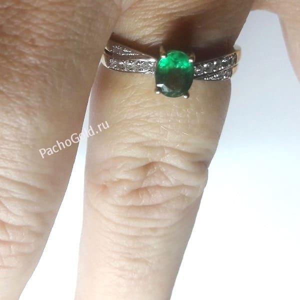 Кольцо с изумрудами и бриллиантами на руке